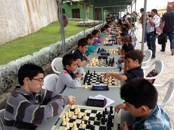 Está comprobado que la práctica del ajedrez mejora el rendimiento académico de los pequeños. / j. l. f.