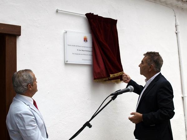 El alcalde presidió ayer la inauguración de la oficina de turismo. / DA