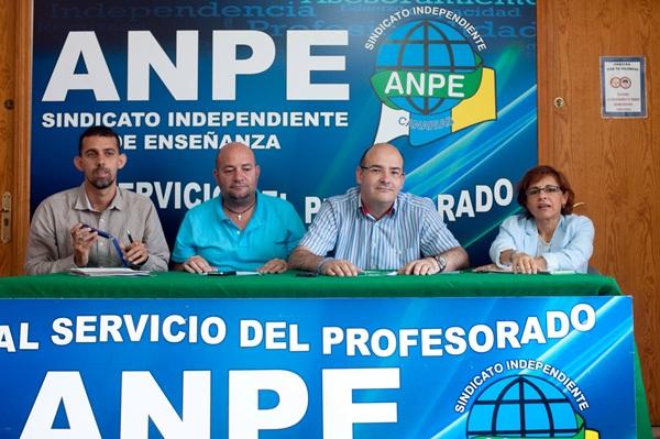 Los responsables de Anpe, con su presidente Pedro Crespo (2ºd), durante la rueda de prensa. / FRAN PALLERO