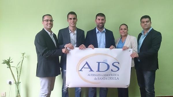 Cinco de los seis exediles del PP, con el logotipo de la nueva Agrupación Democrática de Santa Úrsula. | DA