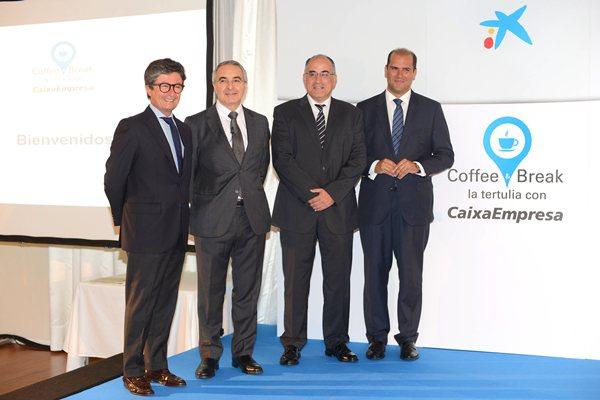 Andrés Orozco (iq.), acompañado del ponente Avelino Hernández, y otros miembros de CaixaBank. | S. M.