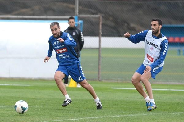 Ayoze Díaz y Ricardo León, en un entrenamiento de esta temporada en El Mundialito.   SERGIO MÉNDEZ