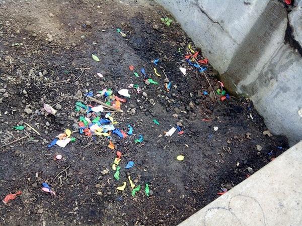 La basura que tiran los usuarios se acumula en las papeleras. / DA