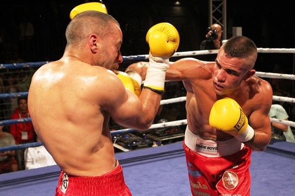 Sandro alcanza con su derecha el rostro de Hamid Ait Bighard. / gerard zenou