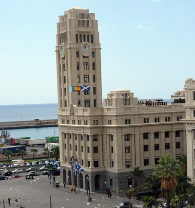 Edificio del Cabildo de Tenerife y parte de la plaza de España. / J. G.