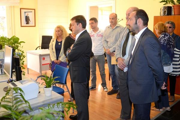 El alcalde, José Manuel Bermúdez, ayer, acompañando a los vecinos en la Subdelegación del Gobierno. / S.M.