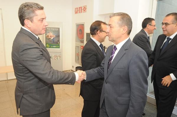 Guillermo García y Paulino Rivero, se saludan en un acto público. | DA