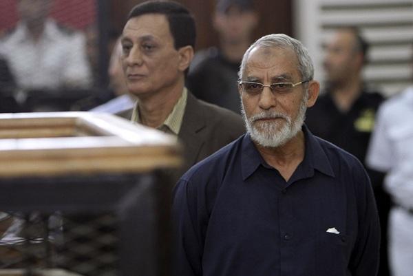 El guía supremo de Hermanos Musulmanes, Mohamed Badie, durante su juicio. / REUTERS