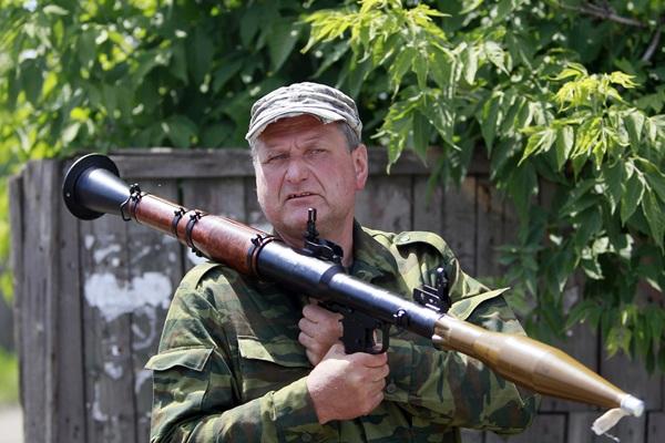 Un separatista prorruso posa con su armamento. / REUTERS