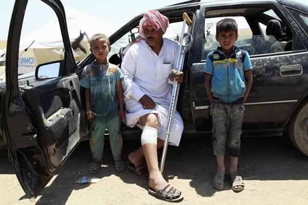 Imagen de una familia que huye de las zonas conquistadas por el Estado Islámico de Irak y Siria. / REUTERS