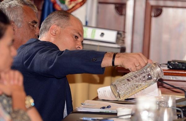 Javier Mederos, concejal de Hacienda, ve la botella de las cuentas medio llena en lugar de medio vacía. / DA