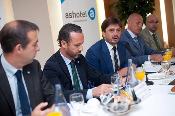 Los miembros del comité ejecutivo de Ashotel, ayer durante el encuentro de medios. / FRAN PALLERO