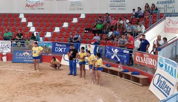 Los infantiles de San Miguel, con su entrenador David Martín. / DA