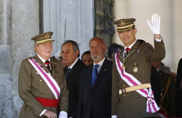 El rey Juan Carlos y el príncipe Felipe juntos, este martes, en el Monasterio de San Loreno de El Escorial. | REUTERS