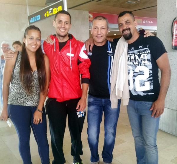 Daluz, junto a su novia, su entrenador, Manolo Requejo, y su hermano Jesús, antes de viajar a Bilbao. / DA