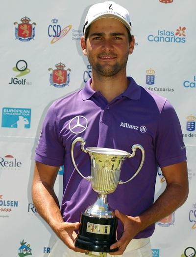 Moritz Lampert con el trofeo del Fred. Olsen Challenge de España. / DA