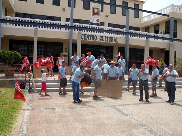 Los trabajadores reunidos frente al Centro Cultural. / J.L.C.