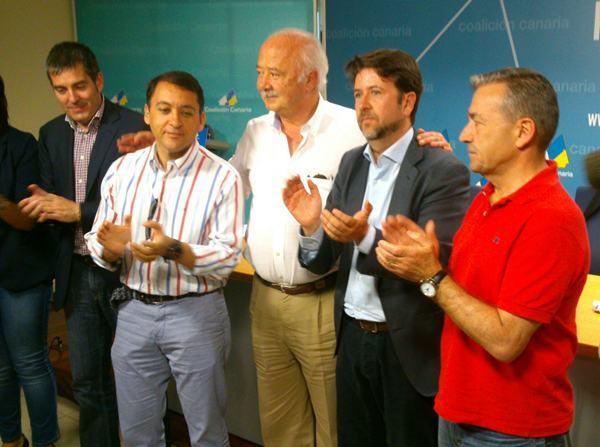 Carlos Alonso celebra su candidatura con Paulino Rivero, Ricardo Melchior, José Manuel Bermúdez y Fernando Clavijo. / DA