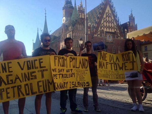 Un grupo de canarios se manifiestan en Polonia en contra de las prospecciones en Canarias.