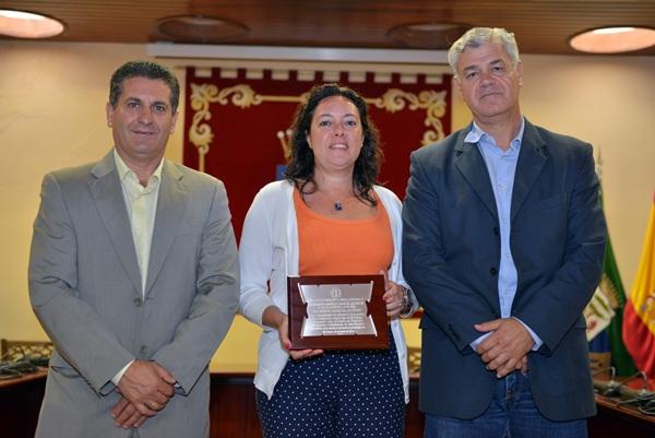 Mirta García Alonso recogió la placa de reconocimiento. / DA