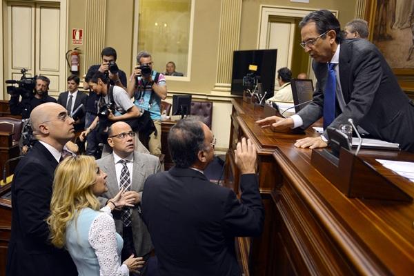 Antonio Castro consulta con los portavoces de los grupos. / S. MÉNDEZ