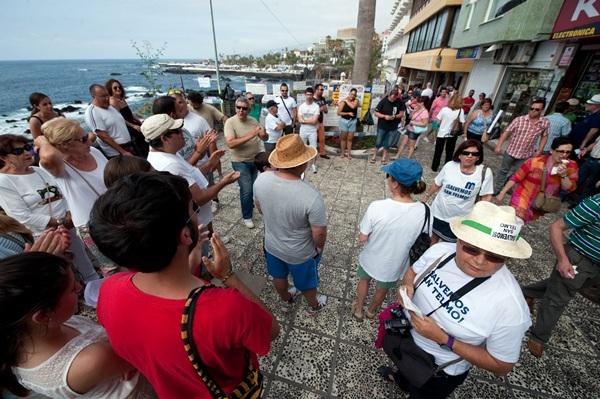 Los manifestantes se congregaron en el paseo de San Telmo en protesta por las obras del Ayuntamiento. / F. P.