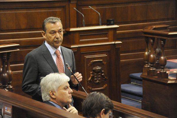 El presidente del Gobierno de Canarias, Paulino Rivero, ayer en la sesión de control. | DA