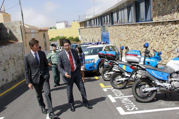 Guillermo Díaz y Pedro Martín llegan a las nuevas dependencias policiales. | DA