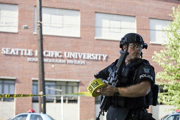 Un policía delimita la zona donde se produjo el tiroteo.   REUTERS