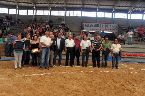 Autoridades y homenajeados en el terrero Ángel Armas Pollito de la Barriada de San Isidro. / DA