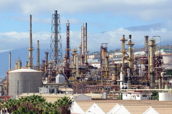 Vista general de la Refinería, en Santa Cruz de Tenerife. / SERGIO MÉNDEZ