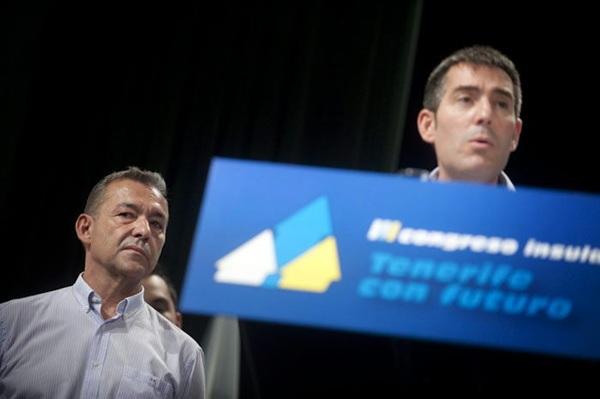 Paulino Rivero y Fernando Clavijo, durante el tercer congreso insular de CC de Tenerife. / FRAN PALLERO