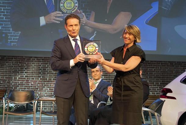 - Rafael Prieto, Director general de Peugeot España, recoge el trofeo de manos de María Wandosell, Consejera delegada de Motorpress Ibérica