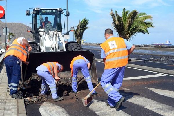 Los operarios municipales se encargaron de limpiar los desperfectos ocasionados por el mar. / S. M.