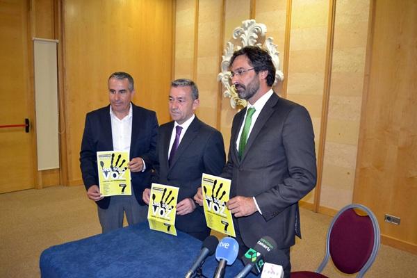 Rivero, San Ginés y Cabrera, con los folletos de la manifestación. / DA