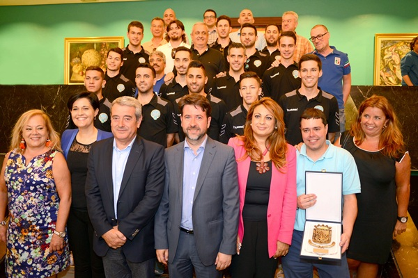 Plantilla, cuerpo técnico y directivos del Uruguay Tenerife visitaron el Cabildo Insular. / SERGIO MÉNDEZ