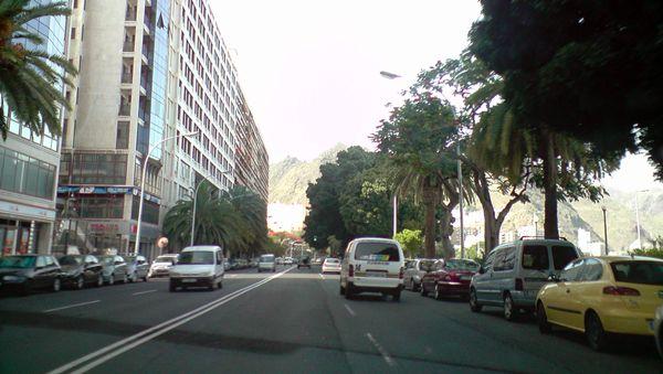 Aparcamientos y tráfico en la concurrida avenida Anaga. | DA