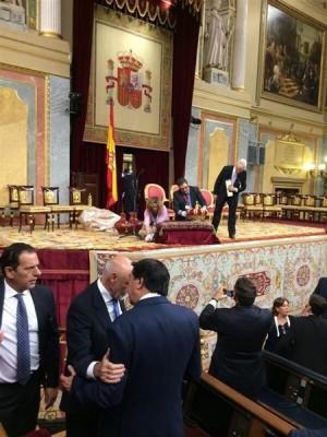 Algunos diputados en el Congreso engalanado para la coronación.   EP