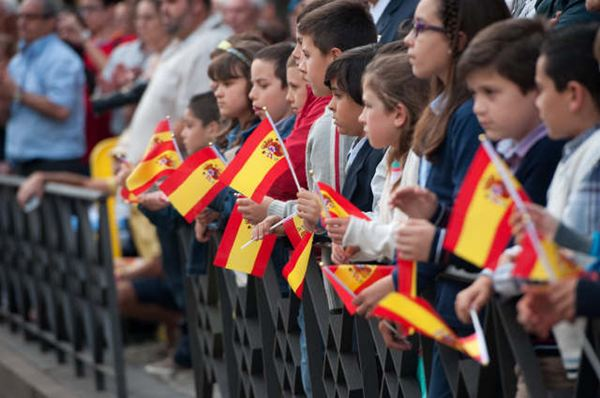 Aproximadamente medio millar de personas se dieron cita en el atardecer de ayer para asistir al acto de homenaje a la bandera nacional. / FRAN PALLERO