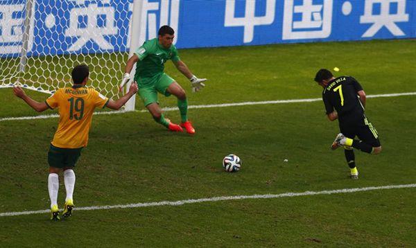 Taconazo de Villa, que marcó el primer tanto del partido. | REUTERS