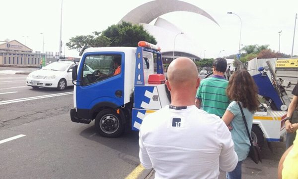 El servicio se encarga de la retirada de vehículos mal aparcados o abandonados en la vía. | DA