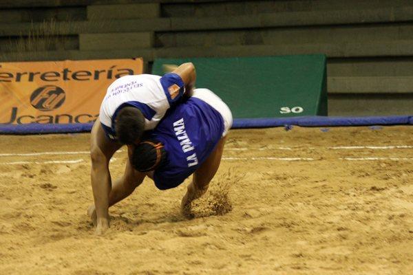 Una agarrada del encuentro que enfrentó a las selecciones de Tenerife y La Palma.   DA