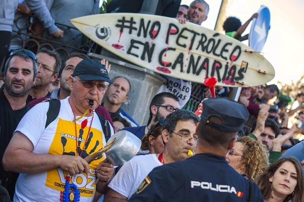 Detalle de la protesta del miércoles contra José Manuel Soria en Telde. / borja suárez (reuters)