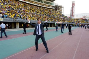 Miguel Ángel Ramírez trató de calmar a los seguidores grancanarios para que no saltaran al terreno de juego. / GERARDO OJEDA