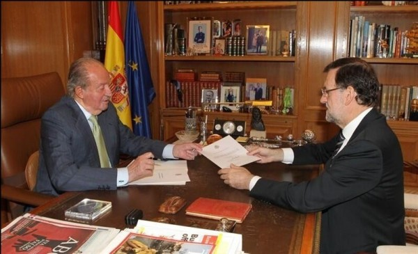 Momento en que el Rey le entrega a Rajoy el documento de abdicación. | DA