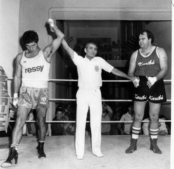Montelongo levanta la mano de Toyi Castro. / DA
