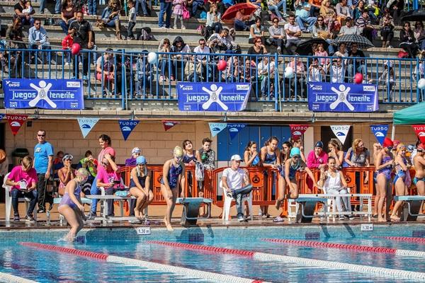 Una imagen de la competición de natación en la Piscina Municipal Acidalio Lorenzo, en Santa Cruz. / DA