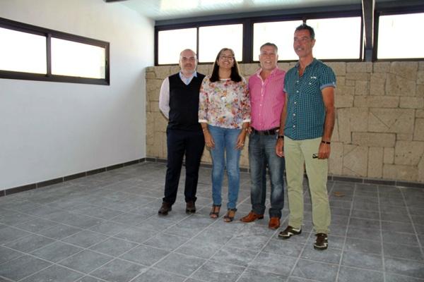 Andrés Pérez (segundo por la derecha), y responsables de educación visitaron las obras. / DA