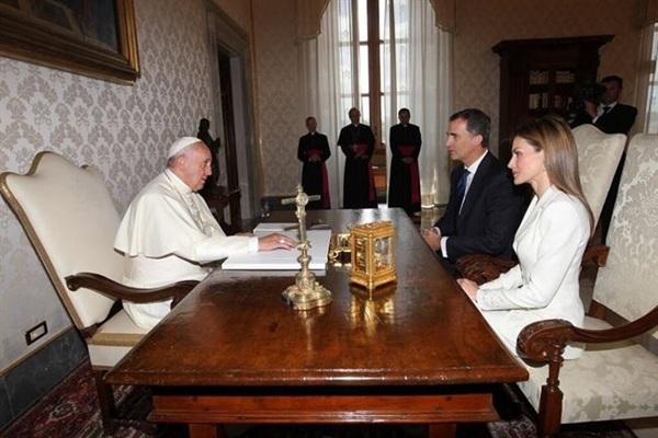 El papa y los reyes en la biblioteca del Palacio Apostólico. / DA