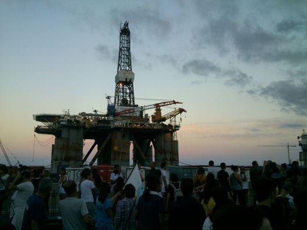Manifestantes frente a una de las plataformas petrolíferas del puerto de Santa Cruz